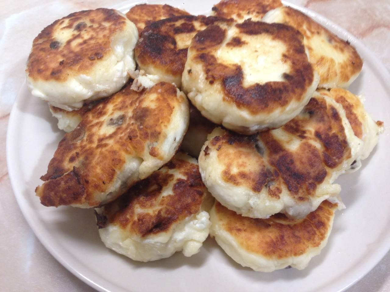 Рецепт сырников с изюмом пошагово